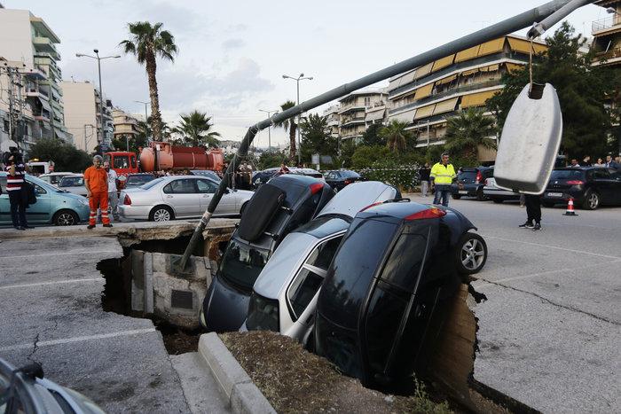 Υποχώρησε η γη στο πάρκινγκ του ΗΣΑΠ στον Ταύρο και κατάπιε αυτοκίνητα