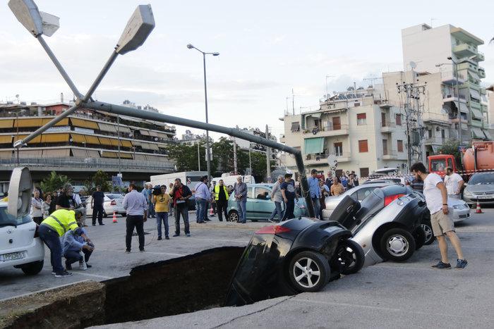 Υποχώρησε η γη στο πάρκινγκ του ΗΣΑΠ στον Ταύρο και κατάπιε αυτοκίνητα - εικόνα 2
