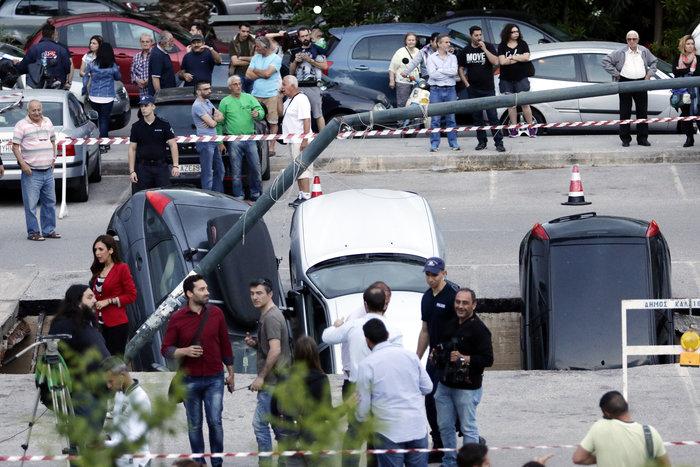 Υποχώρησε η γη στο πάρκινγκ του ΗΣΑΠ στον Ταύρο και κατάπιε αυτοκίνητα - εικόνα 3