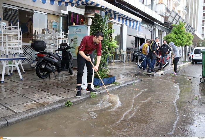 Θεσσαλονίκη: 24 ώρες μετά η πόλη μετράει τις πληγές της - εικόνα 5
