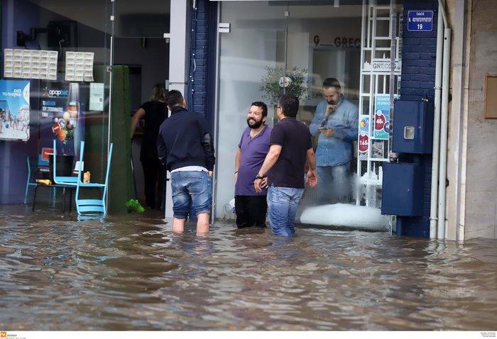 Θεσσαλονίκη: 24 ώρες μετά η πόλη μετράει τις πληγές της - εικόνα 6