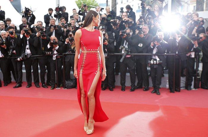 Η Ιρίνα Σάικ εντυπωσιακή στο κόκκινο χαλί των Καννών - εικόνα 2