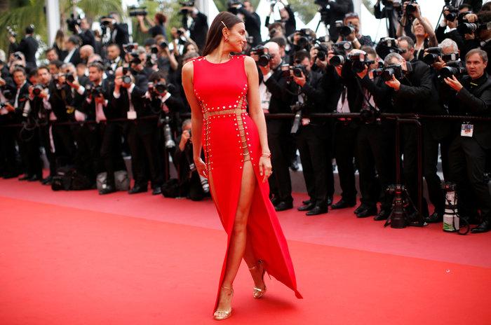 Η Ιρίνα Σάικ εντυπωσιακή στο κόκκινο χαλί των Καννών - εικόνα 4