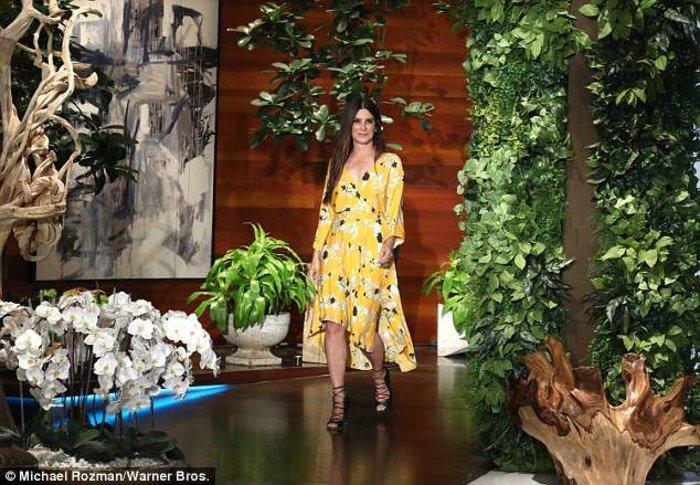 Η Σάντρα Μπούλοκ φόρεσε ένα υπέροχο καλοκαιρινό φόρεμα - εικόνα 2