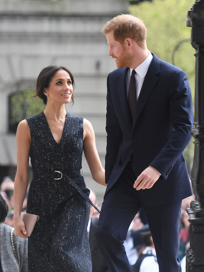 Πρωτοφανής κίνηση: Ο Κάρολος θα παραδώσει τη Μέγκαν Μαρκλ στον Χάρι