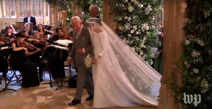 Πανέμορφη νύφη η 36χρονη Μέγκαν Μαρκλ - Η συγκίνηση και τα δάκρυα του Χάρι - εικόνα 9