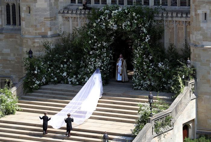 Πανέμορφη νύφη η 36χρονη Μέγκαν Μαρκλ - Η συγκίνηση και τα δάκρυα του Χάρι - εικόνα 16