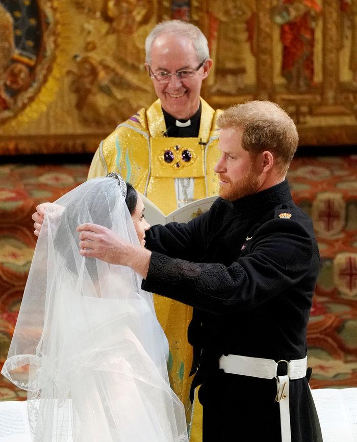 Πανέμορφη νύφη η 36χρονη Μέγκαν Μαρκλ - Η συγκίνηση και τα δάκρυα του Χάρι - εικόνα 18