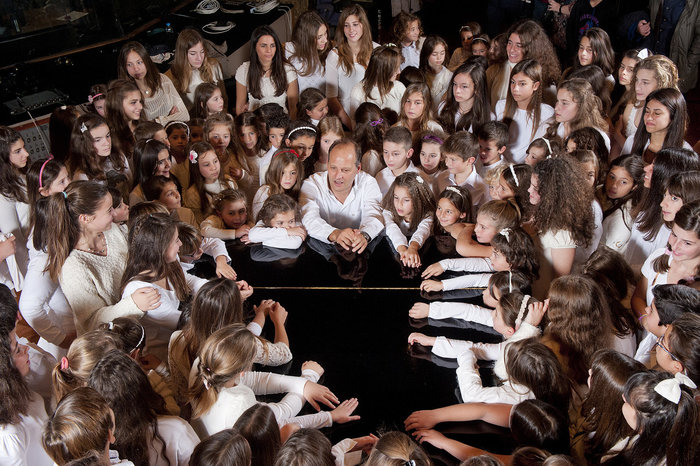 Ο Γ. Κότσιρας μας προσκαλεί να γίνουμε «Και Πάλι Παιδιά» στο Θέατρο Βράχων