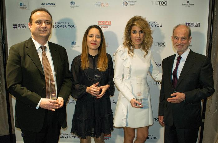 Οι νικητές των Βραβείων στην Ελλάδα – από αριστερά: Δημήτριος Δημητρίου, Αλεξάνδρα Χολή και Αγγελική Παππά – με τον Τony Buckby, τέως διευθυντή του British Council Ελλάδας