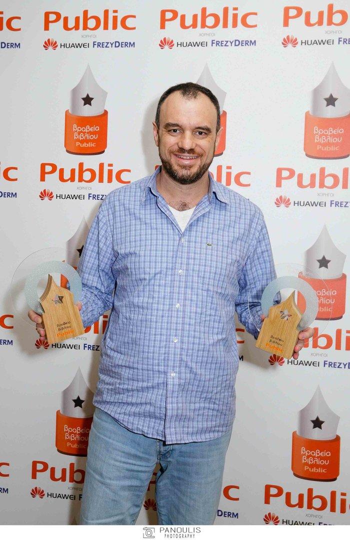 Ο Κώστας Δαρδανός των εκδόσεων Gutenberg με το βραβείο για το μεταφρασμένο μυθιστόρημα