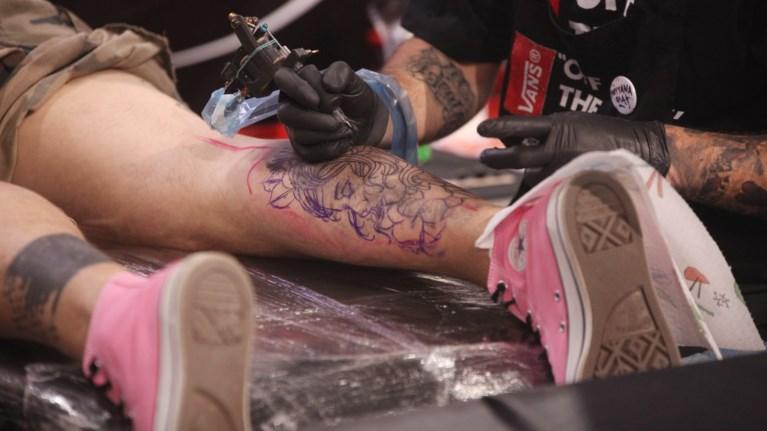 dzo-i-dimiourgos-tatouaz-pou-empneetai-apo-ti-fusi