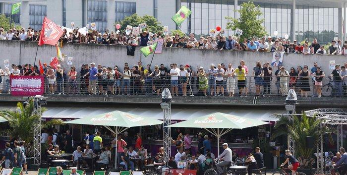 """Βερολίνο: """"Σίγησαν"""" την ακροδεξιά διαδήλωση με μουσική τέκνο (φωτό) - εικόνα 4"""