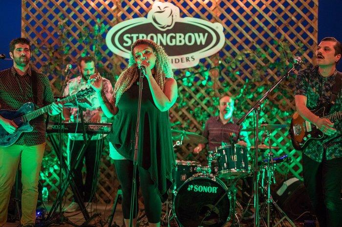 Το Strongbow ξαφνιάζει τις πόλεις με live συναυλίες σε ταράτσες - εικόνα 3
