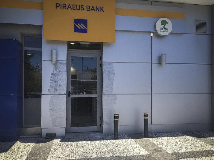 Ληστεία με καλάσνικοφ & βαριοπούλες σε τράπεζα της Λυκόβρυσης