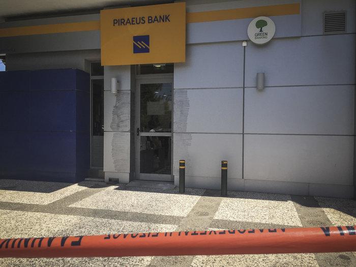 Ληστεία με καλάσνικοφ & βαριοπούλες σε τράπεζα της Λυκόβρυσης - εικόνα 2