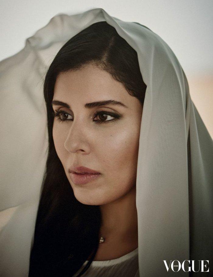 Το «απαγορευμένο» εξώφυλλο: Μια αληθινή πριγκίπισσα με μαντήλα στο τιμόνι - εικόνα 2