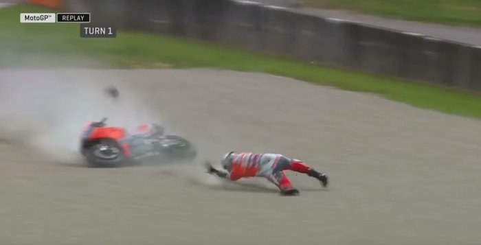 Moto GP: Αναβάτης εκτοξεύτηκε από τη μηχανή τρέχοντας με 350 χλμ/ώρα -vid - εικόνα 3