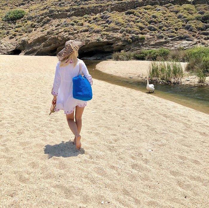 Ελένη Μενεγάκη: Πήγε για μπάνιο και δεν φαντάζεστε τι βρήκε στην παραλία