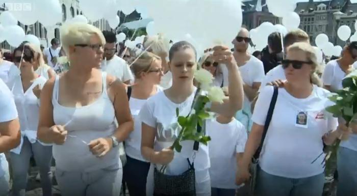 Στα λευκά για τη μνήμη των θυμάτων της τζιχαντιστικής επίθεσης στη Λιέγη