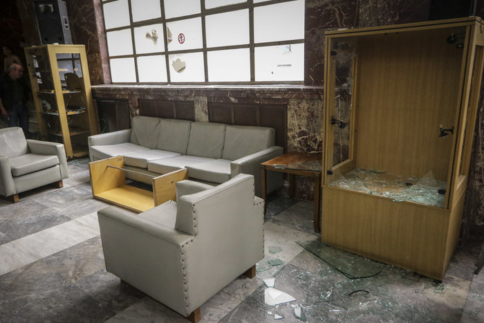 Εισβολή αναρχικών στο υπουργείο Εμπορίου για τον Κουφοντίνα - εικόνα 2