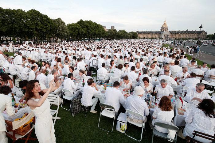 Δείπνο στα λευκά: Η πιο εκκεντρική νύχτα του Παρισιού