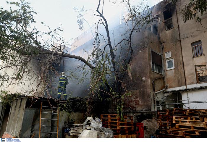 Μεγάλη φωτιά σε αποθήκη στο Περιστέρι - ζημιές σε σπίτια [φωτό - βίντεο] - εικόνα 2