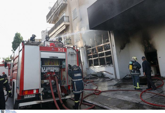 Μεγάλη φωτιά σε αποθήκη στο Περιστέρι - ζημιές σε σπίτια [φωτό - βίντεο] - εικόνα 4