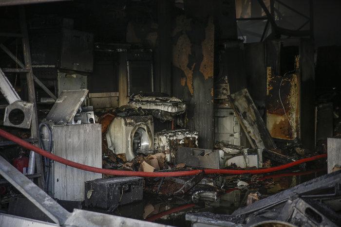 Μεγάλη φωτιά σε αποθήκη στο Περιστέρι - ζημιές σε σπίτια [φωτό - βίντεο] - εικόνα 9