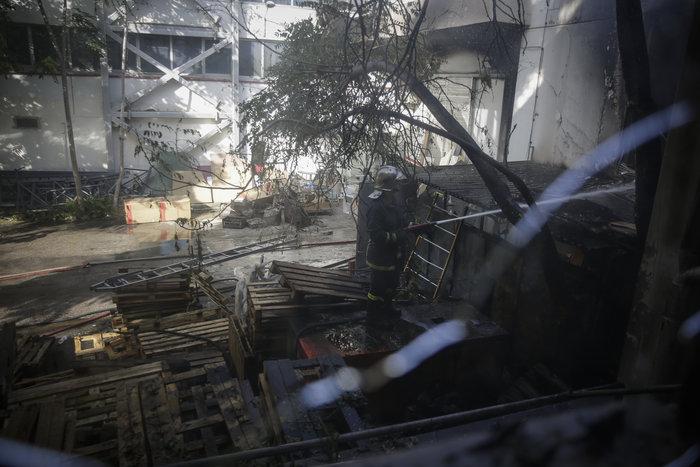 Μεγάλη φωτιά σε αποθήκη στο Περιστέρι - ζημιές σε σπίτια [φωτό - βίντεο] - εικόνα 10