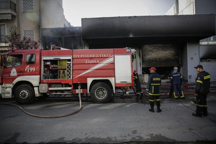 Μεγάλη φωτιά σε αποθήκη στο Περιστέρι - ζημιές σε σπίτια [φωτό - βίντεο] - εικόνα 11