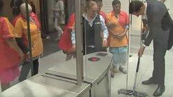 Ο Ολλανδός πρωθυπουργός έχυσε τον καφέ του και καθάρισε! (βίντεο)