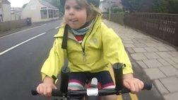 Viral! Τετράχρονη ποδηλάτισσα ευχαριστεί οδηγό φορτηγού (βίντεο)