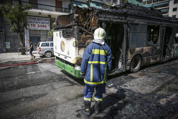 Στις φλόγες τυλίχθηκε αστικό λεωφορείο στα Κάτω Πατήσια -φωτό - εικόνα 3