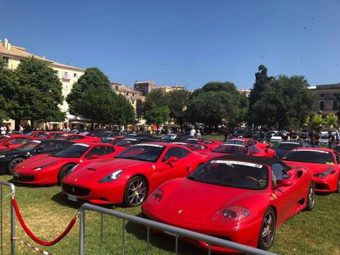 Περισσότερες από 30 κόκκινες και μαύρες Ferrari στη Σπιανάδα