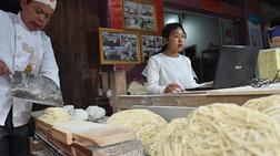 Η επιτυχία ενός απομονωμένου χωριού από τα συσκευασμένα νουντλς