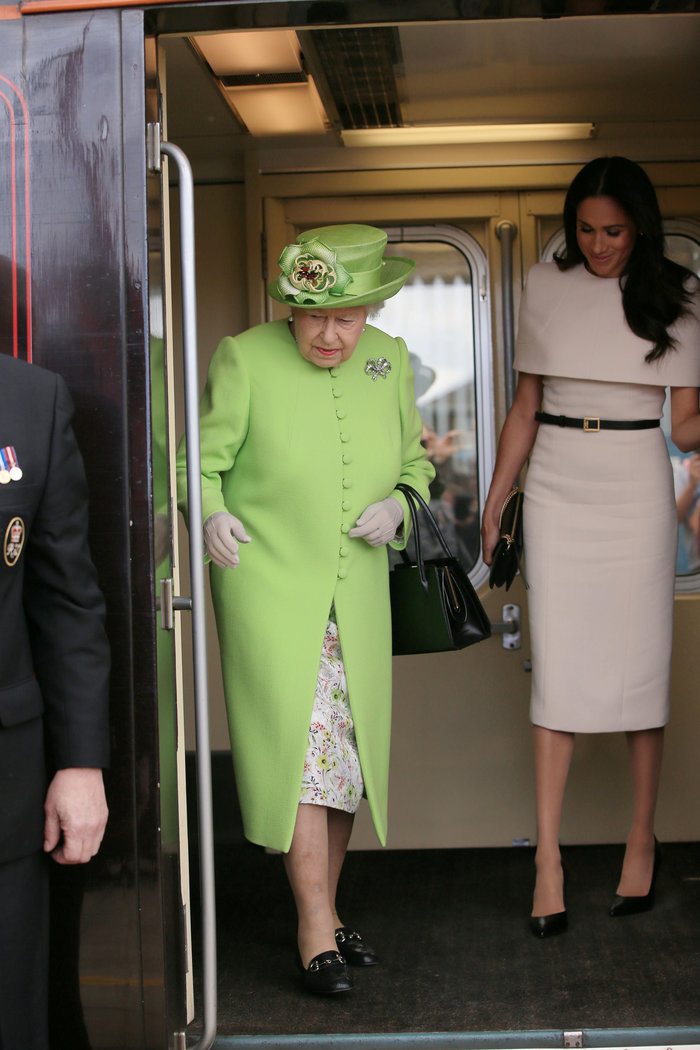 Μέγκαν Μαρκλ: Με απίθανο φόρεμα στο βασιλικό τρένο με τη βασίλισσα Ελισάβετ