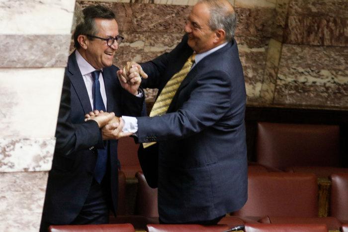 Ο Καραμανλής πηδάει τα έδρανα στη Βουλή με τη βοήθεια του Νικολόπουλου