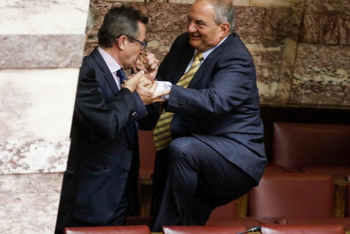 Ο Καραμανλής πηδάει τα έδρανα στη Βουλή με τη βοήθεια του Νικολόπουλου - εικόνα 2