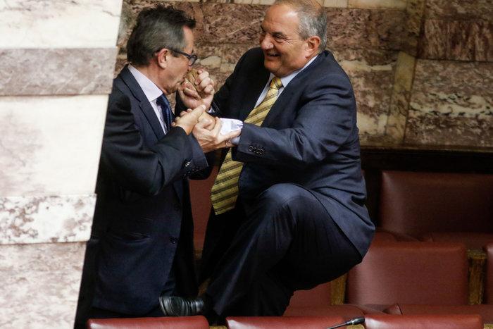 Ο Καραμανλής πηδάει τα έδρανα στη Βουλή με τη βοήθεια του Νικολόπουλου - εικόνα 3