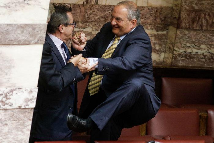 Ο Καραμανλής πηδάει τα έδρανα στη Βουλή με τη βοήθεια του Νικολόπουλου - εικόνα 4