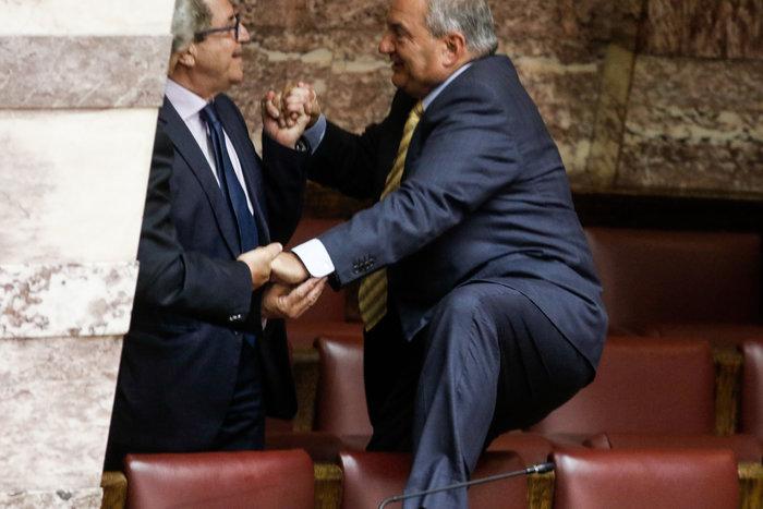 Ο Καραμανλής πηδάει τα έδρανα στη Βουλή με τη βοήθεια του Νικολόπουλου - εικόνα 5