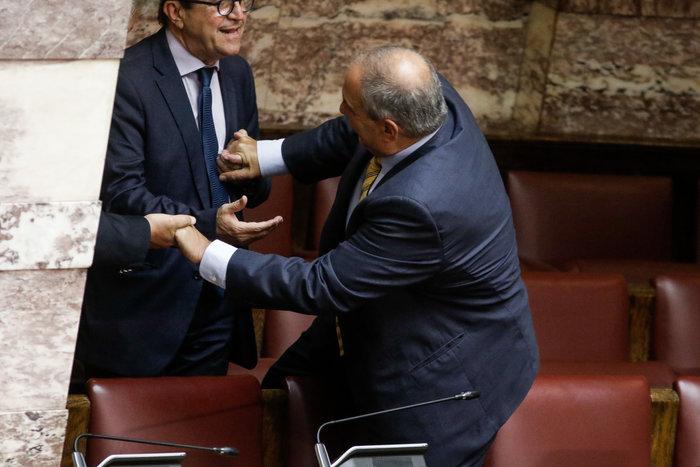 Ο Καραμανλής πηδάει τα έδρανα στη Βουλή με τη βοήθεια του Νικολόπουλου - εικόνα 6