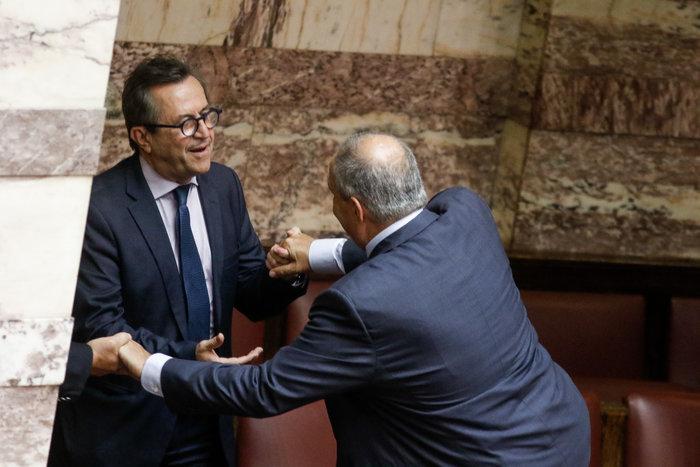 Ο Καραμανλής πηδάει τα έδρανα στη Βουλή με τη βοήθεια του Νικολόπουλου - εικόνα 7