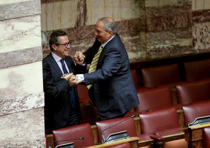 Ο Καραμανλής πηδάει τα έδρανα στη Βουλή με τη βοήθεια του Νικολόπουλου - εικόνα 8