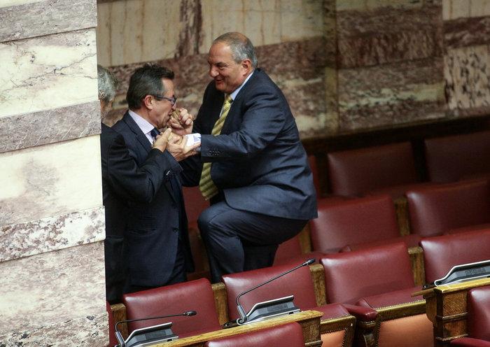 Ο Καραμανλής πηδάει τα έδρανα στη Βουλή με τη βοήθεια του Νικολόπουλου - εικόνα 10