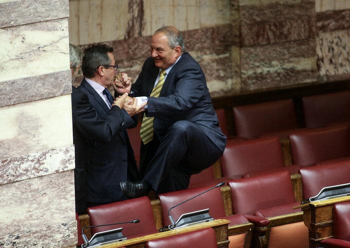 Ο Καραμανλής πηδάει τα έδρανα στη Βουλή με τη βοήθεια του Νικολόπουλου - εικόνα 11