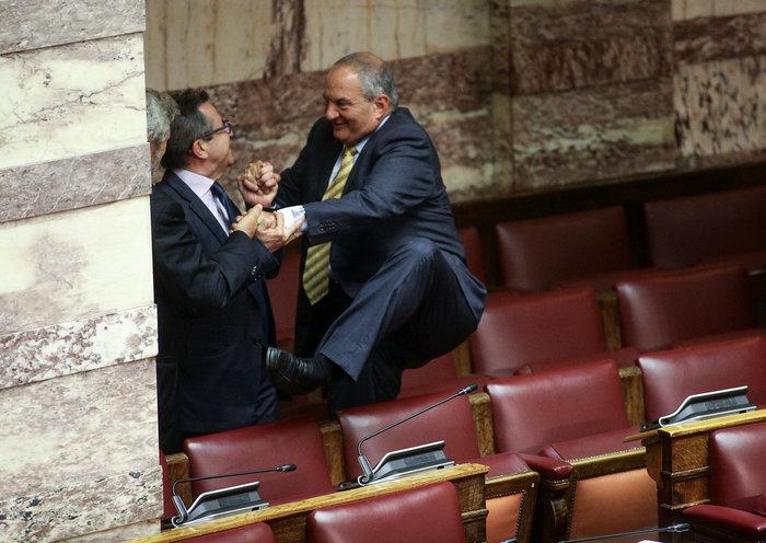Ο Καραμανλής πηδάει τα έδρανα στη Βουλή με τη βοήθεια του Νικολόπουλου - εικόνα 12