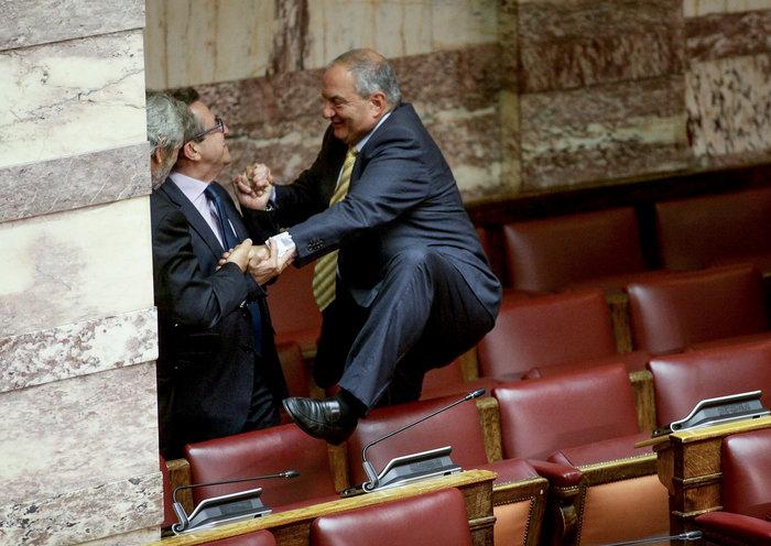 Ο Καραμανλής πηδάει τα έδρανα στη Βουλή με τη βοήθεια του Νικολόπουλου - εικόνα 13