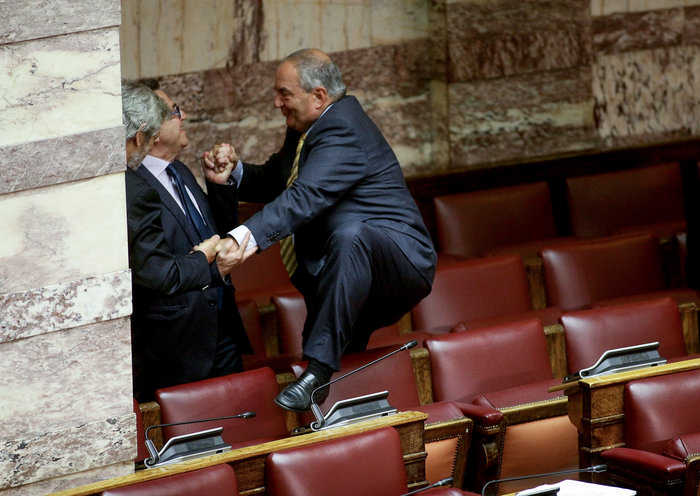 Ο Καραμανλής πηδάει τα έδρανα στη Βουλή με τη βοήθεια του Νικολόπουλου - εικόνα 14
